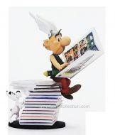 asterix-assis-sur-la-pile-de-livres-plastoy