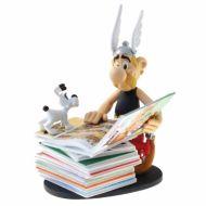 fiasterix-figurine-de-collection-plastoy-asterix-a-cote-d-une-pile-d-albums-00128-2018