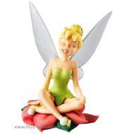 fee-clochette-disney-enchanting-riant-assise-sur-la-fleur