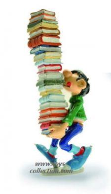 Gaston portant une colonne de livres