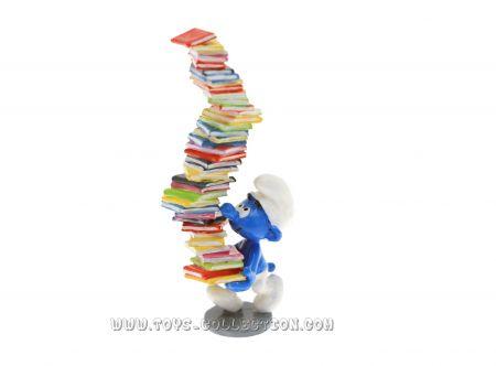 Le Schtroumpf pile de livres