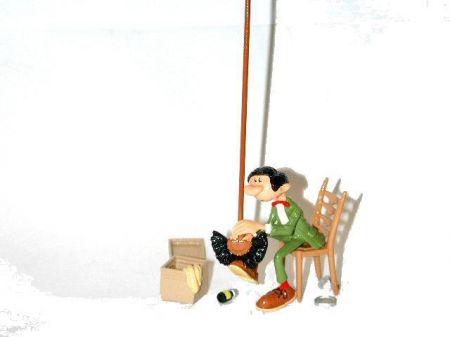 Gaston cirant ses chaussures