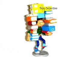Gaston portant une pile de livres