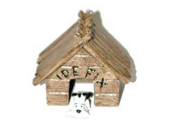 Idéfix devant sa niche