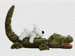 Milou sur le crocodile en peluche