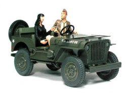Pin'up avec le GI dans la Jeep #