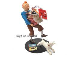 Tintin portant les albums